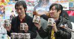 Suda 51 (à droite) distribue avec Yasuhiro Wada des rouleaux de papier toilette en promo de No More Heroes.